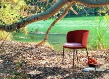 Pierwsze oznaki jesieni. Liście pod stopami, ale słońce jeszcze grzeje. Korzystajmy z niego póki się da. Krzesło C192D, w tkaninie 3D Mesh, Expormim.