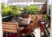 Nawet na niewielkim balkonie czy tarasie można zmieścić stół z krzesłami a nawet ławę. Tajemnicą dobrego zagospodarowania małej przestrzeni są składane meble. Jeśli będą drewniane to należy pamiętać o ich impregnacji. By nadać radosny nastrój wnętrzom warto korzystać z kolorowych dodatków: poduszek i pledów.