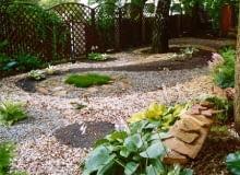 W cieniu dużych drzew nie udawał się trawnik mimo wielu zabiegów pielęgnacyjnych. Obraz z kamyków wciąż wygląda dobrze (ma trzy lata), a wymaga jedynie jesiennego sprzątania liści.