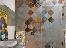 Tapeta Aladino mieni się odcieniami srebra, złota i miedzi, ale dostępna jest również w pięknej palecie granatów, szmaragdów i błękitów. Jej projektantkę Evę Germani zainspirowały orientalne dekory i freski dawnych mistrzów. Nic dziwnego, w końcu sama jest artystką. wallanddeco.com