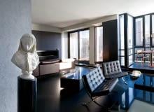 Salon jest polem rozgrywki połyskliwej i matowej czerni, z wynikiem na korzyść tej ostatniej. Marmurowa replika popiersia zawoalowanej kobiety Giovanniego Battisty Lombardiego z 1869 roku. Fotele Barcelona proj. Ludwiga Miesa van der Rohe (Knoll).