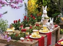 Oster - Tischdeko mit Tulpen : Tulipa ( Tulpen ) in Straußeneiern auf Moosbett, Keramik - Osterhasen, Ostereier in rot und weiß Möbel : Holzwerk - A, info@holzwerk-a.de 0551 - 3883148 61020757 Ausschnitt SLOWA KLUCZOWE: 000 Eier Hasen Ostern Terrasse Tisch Tischdekoration Topf ZZZ draussen gelb quer rot