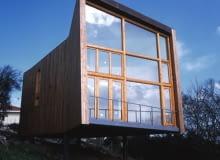 dom z drewna i stali