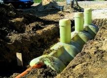 Osadnik wstępny należy umieścić nie mniej niż 15 m od najbliższej studni, 2 m od granicy działki i drogi oraz 1,5 m od rur gazowych i wodnych