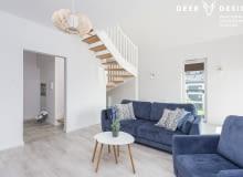 Dwupoziomowe mieszkanie: czyste, proste wnętrza dla rodziny 2+1