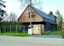 Na wąskim skrawku terenu najłatwiej ustawić dom zwrócony krótszym bokiem w stronę ulicy