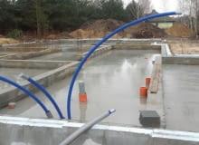 Podłączenie domu do wodociągu odbywa się na wniosek i koszt właściciela domu. Do wykonania przyłącza stosuje się zwykle rury z tworzywa HDPE