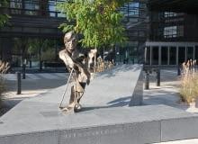 Popiersie Stefana Kuryłowicza autorstwa art. rzeźbiarza Krzysztofa Bednarskiego na skwerze im. Stefana Kuryłowicza przy kompleksie biurowym Wola Center przy ul. Przyokopowej 33