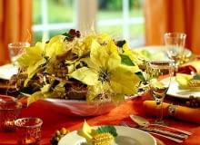 Ozdoby i dekoracje na Boże Narodzenie. Stroiki bożonarodzeniowe. Kwiatostany odmiany 'Limon drop' wyglądają jak złote gwiazdy.