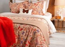 <B>Narzuty i dekoracyjne poduszki dodają sypialni ciepła, nierzadko kreują jej styl oraz budują klimat zachęcający do wypoczynku. Wybierając je, pamiętajmy, aby współgrały ze sobą pod względem wzorów i kolorów</B>. <BR />Narzuta, bawełna, 230 x 250 cm - 399 zł, poszewka, bawełna, 60 x 60 cm - 69,90 zł/2 szt., Zara Home.