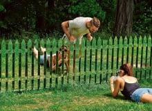Ogrodzenie, które nie ogranicza - płot z połyskujących sztachet optycznie powiększa przestrzeń.