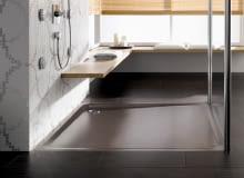 Aby uzyskać jednolity wygląd podłogi, można zamówić brodzik w kolorze zbliżonym do gresu lub terakoty