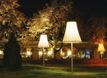 Takie ogrodowe oprawy stylizowane na tradycyjne lampy podłogowe sprawią, że poczujemy się w ogrodzie jak w domowym zaciszu.
