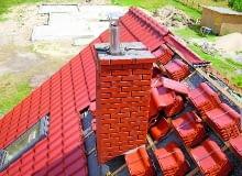 Miejsce przejścia komina przez dach powinno być dokładnie uszczelnione