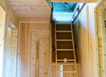 Schowek na strychu to dobre miejsce na rzeczy używane sporadycznie: walizki, narty itp.