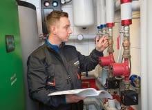 Po zamontowaniu kotła na paliwa stałe wraz z zasobnikiem ciepłej wody oraz potrzebnym osprzętem napełniamy instalację grzewczą wodą