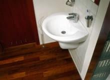 łazienka - drewniana podłoga