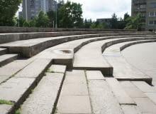 Meble miejskie wkomponowane w skarpę betonowego amfiteatru
