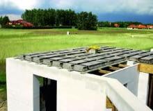Strop Teriva - pomiędzy prefabrykowanymi belkami z betonowymi stopkami układa się najczęściej pustaki keramzytobetonowe
