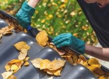 Jesienią w rynnach gromadzą się liście. Trzeba je usuwać, np. łopatką, a jeszcze lepiej specjalną szczotką do rynien.