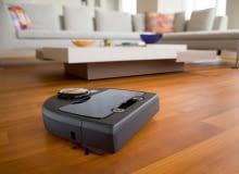 Dzięki obudowie w kształcie litery 'D' i wyjątkowej konstrukcji szczotek, Neato Botvac DC02 Connected dobrze wymiata kurz z narożników, jest też skuteczny w usuwaniu sierści zwierząt. Robot 'widzi' mieszkanie: czujnikiem laserowym skanuje pomieszczenie i tworzy aktualną mapę, zatem wie o przeszkodach, zanim do nich dojedzie. Posiada system filtracji powietrza, co doceniają alergicy. Gdy się rozładuje, wraca do stacji dokującej, a po pobraniu energii kontynuuje pracę, zaczynając sprzątać od tego miejsca, gdzie był ostatnio! Model wyposażony jest moduł Wi-Fi, można nim sterować przez smartfon i programować np. dzień i godzinę odkurzania. 3490 zł, 4robotics.com.pl