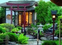 Pawilon herbaciany z łagodnym światłem lampionów to najważniejszy akcent ogrodu.