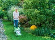 Kompaktowa kosiarka akumulatorowa do pielęgnacji niewielkich trawników, z automatyczną regulacją prędkości obrotowej i wysokości uchwytu. Cena ok. 1500 zł, Stihl