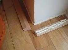 Przy listwach które są tak wyprofilowane ,że tworzą sporą przestrzeń do wypełnienia pianą trzeba gruby ale jeden warkocz nałożyć przy podłodze a na listwę nałożyć równolegle kilka cienkich warkoczy piany. Jeśli bowiem na obu stykach ułożycie zbyt grube warkocze wypchniecie na ścianę lub podłogę zbyt wiele piany. Nałożenie kilku warstw sprawi ,że łączenie będzie w sumie pełniejsze niż w przypadku nakładania warstwy jednej. Kiedy nabierzecie doświadczenia - cienkie warstwy piany możecie układać nie tylko we wgłębieniu ale także w miejscach styku wierzchołków listwy ze ścianą i podłogą. Tak kleją listwy praktycy, kiedy ściany i podłoga są bardzo nierówne