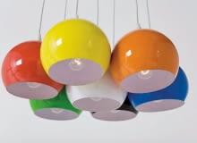 To już wyraźny trend w projektowaniu lamp: od sufitu zwiesza się kilka sznurków zakończonych mniejszymi bądź większymi kulkami-kloszami. Najwięcej jest białych, ale znajdziemy też srebrzyste i bajecznie kolorowe. <BR > Oświetlenie. Kolorowe kule rozweselą każde wnętrze. Lampa Calotta Colore 7, cena 449 zł; projekt Kare Design; 9ninedesign.pl