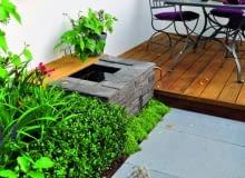 Wodoszczelny pojemnik obmurowany płytkami sjenitu może być ozdobą zarówno ogrodu, jak i tarasu.
