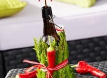 Kwiatowa dekoracja z butelką i wrzoścami