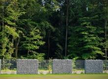 ORYGINALNE OGRODZENIE z paneli ze stalowej siatki i gabionowych koszy pełnych kamieni.