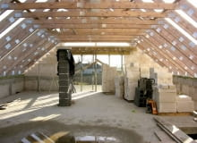 Gdy wszystkie wiązary są już ustawione i zamocowane do murłaty lub wieńca, można układać materiał wstępnego krycia i pokrycie dachowe