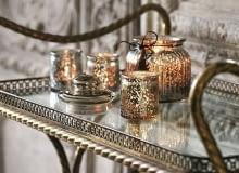 Lampiony oraz świece zapachowe to podstawowe atrybuty świąt. Dzięki nim łatwiej będzie wykreować w domu wyjątkowy klimat. Te w odcieniach starego złota idealnie nadają się na prezenty i wigilijny stół, świeca 34,99 zł, F&F Home.