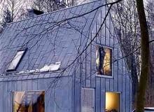 Dom Marka Szcześniaka wykończony blachą tytanowo-cynkową - praktyczną i zarazem nadającą budynkowi awangardowy wygląd