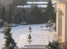 zima w ogrodzie, trawnik, śnieg
