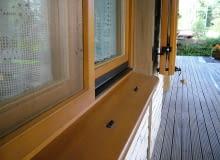 Wykonane z włókna szklanego, osadzone w sztywnych aluminiowych ramkach, moskitiery skutecznie za-bezpieczają przed uciążliwymi owadami.