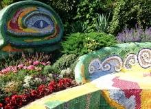 Ogród Gaudiego inspirowany twórczością katalońskiego architekta. Ogród wypełniają roślinny śródziemnomorskie bardzo intensywnie pachnące.