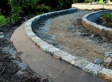 ścieżki w ogrodzie, układanie kostki betonowej