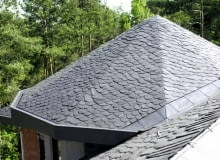 """Dach pokryty łupkiem, ułożonym """"na dziko"""""""