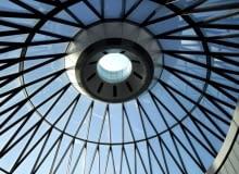 Londyn, tętniąca życiem stolica Wielkiej Brytanii to jedna z największych światowych metropolii. Miasto od lat inspiruje artystów z całego świata, przyciąga też turystów i wielki biznes, tu w dzielnicy City mieści się światowe centrum finansowe - europejski Manhattan. Bogactwo różnorodności funkcji i kultur oprawione jest często w ramy nowoczesnej architektury, prym wiodą dzieła Normana Fostera. Bryła zaprasza na archi-wycieczkę po Londynie.