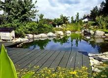 Pomost to nie tylko miejsce wypoczynku. Stąd rozpościerają się najpiękniejsze widoki na na ogród.