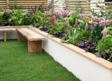Podwyższone rabaty pozornie powiększają ogród; rosnące na nich kwiaty są lepiej widoczne, sprawiając wrażenie obfitości zieleni.