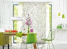 DOM PEŁEN ZIELENI. Wmyśl filozofii zen dom jest przedłużeniem ogrodu. Krzesło, które kształtem przypomina liść, iroślinne motywy na zasłonach nawiązują do bujnych drzew za oknem.
