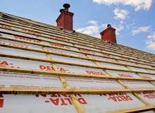 dach, układanie dachówek, łaty na dachu, folia na dachu