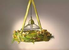 Wiszącą nad stołem lampę udekorowano wieńcem z gałązek i orzechów.
