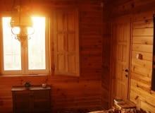 Mazowieckie chaty mają prostą konstrukcję - wyglądają jak z dziecięcego obrazka: centralnie położone drzwi, dwa okna po bokach, niewielki, zadaszony ganek i prosty, dwuspadowy dach.