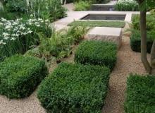 Ogród dla zapracowanych. Rabaty i ścieżki wysypane żwirem utrudniają rozwój chwastów. Pod żwirem warto ułożyć agrowłukninę