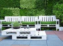 Poprzez kreatywne łączenie pomalowanych palet wykonamy meble o różnorodnych kształtach. Do pracy potrzebne nam będą narzędzia, takie jak wkrętarka oraz młotek. Funkcjonalny stolik ogrodowy zbudujemy poprzez trwałe połączenie dwóch ułożonych na sobie platform. Jego mobilność zwiększymy montując od spodu kółka. Z drewnianych elementów możemy również stworzyć oryginalny fotel, którego konstrukcję stanowić będą cztery odpowiednio połączone ze sobą palety. Oparcie takiego fotela warto dodatkowo wzmocnić płytą OSB, a jego siedzisko wyposażyć w grube, wygodne, kolorowe poduszki.
