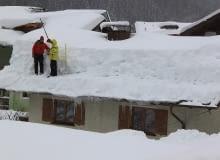 Jak prawidłowo odśnieżać dach?